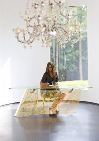 Gold Graph - Desk, extra clear glass, curved and embedded with gold leaf 74 x 220 x 80 cm © Xavier Lust
