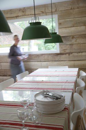 Un matin dans les bois - salle laissée libre aux hôtes pour y déjeuner ou diner librement