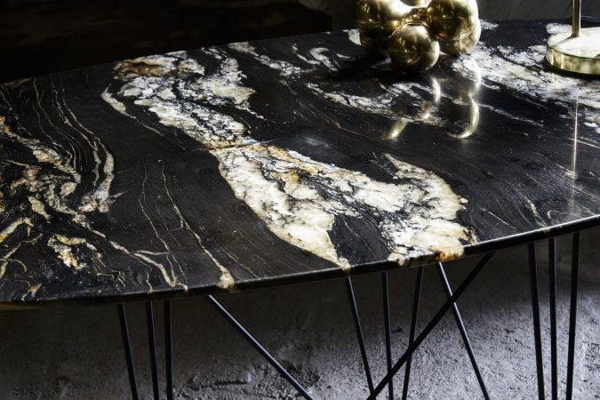SUNNY SIDE UP_TABLE DE SALLE A MANGER_PIETEMENT NOIR_PLATEAU GRANIT VIRGINIA BLACK
