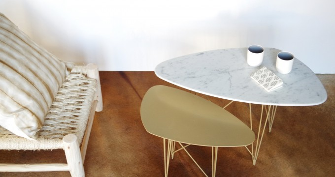 SUNNY SIDE UP_TABLES D'APPOINT PAR 2_PIETEMENTS DORES_PLATEAUX MARBRE BLANC ET METAL DORE (2)