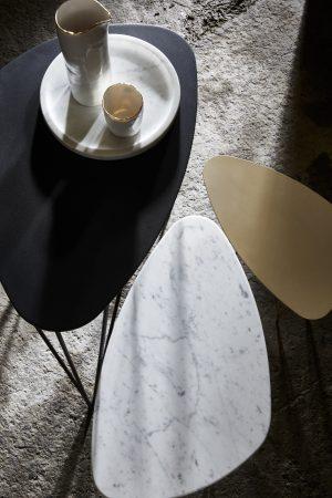 SUNNY SIDE UP_TABLES D'APPOINT PAR 3_PIETEMENTS DORES_PLATEAUX MARBRE BLANC ET METAL NOIR ET DORE